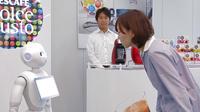 Le petit humanoïde Pepper est capable de dialoguer avec les clients.