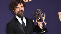L'acteur américain Peter Dinklage pose avec son Emmy raflé pour second rôle dans une série dramatique pour «Game of Thrones», lors du 71ème Emmy Awards au Microsoft Theatre, à Los Angeles, le 22 septembre 2019.