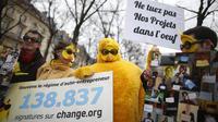 Des manifestants défendent une pétition pour sauver le régime d'auto-entrepreneurs, en février 2014, à Paris.