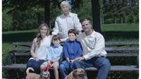 Les visages des membres de la famille ont été retouchés de façon si grossière qu'ils n'ont plus rien d'humain...