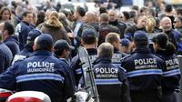 Des policiers sont rassemblés devant la préfecture de police le 2 décembre 2011 à Marseille, en soutien à leur collègue grièvement blessé à Vitrolles dans la nuit du 27 au 28 novembre.