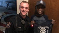 Pour ses 9 ans, Thomas a reçu de bien beaux cadeaux de la part d'un policier rencontré la veille.
