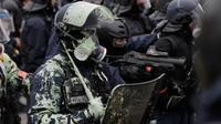 Les forces de l'ordre sont la cible de toutes sortes de projectile durant les manifestations [GEOFFROY VAN DER HASSELT / AFP].