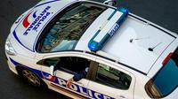 La police a interpellé le suspect et a ouvert une enquête.
