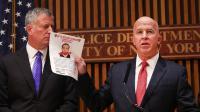 Le commissaire de police new-yorkais James O'Neill montre une photo du principal suspect.