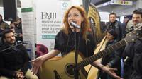 Chaque année, la RATP propose à de jeunes artistes de se produire dans les couloirs du métro et leur propose ensuite de monter sur la scène de l'Olympia pour un concert exceptionnel.