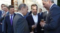 Dmitri Rogozin (droite) en compagnie de Vladimir Poutine et de Dmitry Medvedev le 25 mai 2012