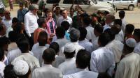 Des membres de la communauté rohingya accueillent une délégation de l'ONU en Birmanie.