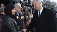 Le roi Philippe salue les Belges lors de l'inauguration du monument en hommage aux victimes.