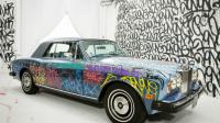 La Rolls Royce offerte par Eric Cantona à la Fondation Abbé Pierre, et peinte par le graffeur américain JonOne est mise à prix 20 000 euros.