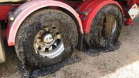 Les pneus, les barres de pare-chocs et les panneaux endommagés par le goudron