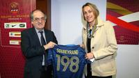 Sandrine Soubeyrand recevant un maillot spécial, célébrant son record de sélections en bleu, des mains du président de la Fédération française de football (FFF), Noël Le Graët, en septembre 2013.