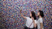 Deux jeunes filles se prenant en selfie dans le musée d'art moderne de Pékin, le 5 juillet 2018.