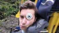 Trop prêt du train, le conducteur lui a donné un coup pendant qu'il se prenait en selfie