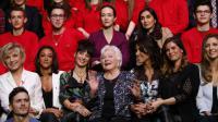 Photo de groupe des membres de Sidaction, avec la vice-présidente de l'association, Line Renaud, le 7 mars 2016.