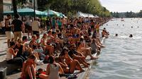Depuis plusieurs années, la mairie de Paris se bat pour rendre possible la baignade dans le bassin de la Villette en période estivale.