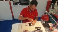 Un employé de Save my Smartphone réparant un mobile