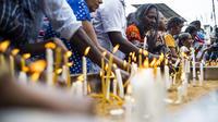 Des fidèles chrétiens sri-lankais allument des bougies alors qu'ils prient devant une barricade près du sanctuaire Saint-Antoine de Colombo, le 28 avril 2019, une semaine après les attentats.