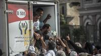 Des Égyptiens se pressent pour tenter d'acheter du sucre au Caire, le 26 octobre 2016.