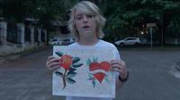 Pour l'instant, Ezrah sait représenter des roses, des panthères, des hirondelles et des requins,
