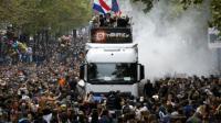 La 17e Techno Parade, qui a rassemblé des milliers de jeunes dans les rues de Paris, est endeuillée.