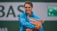 Rafael Nadal a décroché son 12e titre sur la terre battue parisienne et le chèque de 2,3 millions d'euros promis au vainqueur.