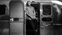 L'artiste a entièrement produit «Roads Vol 1» dans une caravane reconvertie en studio.