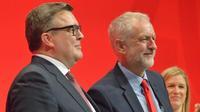 Les deux leaders travaillistes Tom Watson (à gauche) et Jeremy Corbin (à droite) s'affrontent sur le thème du Brexit