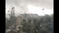 Des vidéos montrant des toits et des cheminées s'envoler sous la puissance du vent ont rapidement fait le tour des réseaux sociaux.
