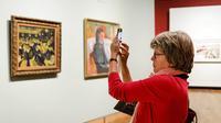 Une touriste prend des photos au musée Van Gogh d'Amsterdam.