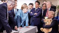 Le cliché montrant le président américain assis autour d'une table face aux autres dirigeants, tous debout, est devenu un mème.