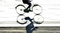 Un homme au guidon d'un vélo, en octobre 2017, à Nantes.
