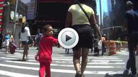 La vidéo permet de se mettre dans la peau d'une personne de petite taille.