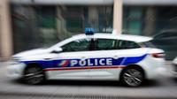 L'homme est passé sur le siège conducteur, et s'est enfui au volant de la voiture de police. (illustration)