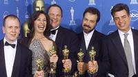 Harvey Weinstein et son équipe reçoivent un oscar pour shakespeare in love en 1999. Un film significatif dans sa carrière de producteur.