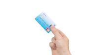 La carte bancaire est dotée d'un lecteur d'empreintes digitales.
