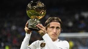 Le 3 décembre dernier, le Croate Luka Modric a remporté le Ballon d'or. Le milieu du Real Madrid est le premier joueur à mettre fin au règne sans partage de Cristiano Ronaldo et Messi qui ont gagné cette récompense pendant dix ans.