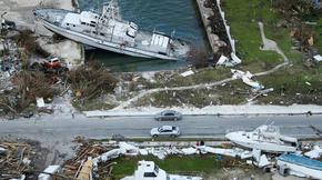 Preuve de la violence des vents, qui ont atteint plus de 250 km/h les 1er et 2 septembre derniers, des bateaux se sont retrouvés sur la terre ferme.