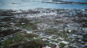 L'ouragan a notamment ravagé la ville de Marsh Harbour, sur l'île de Great Abaco, dans le nord du pays. Environ 60 % de l'île a été ravagée et des milliers de personnes y sont sans abri.