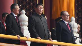 Ju Hintao (à gauche), Xi Jinping (au centre) et Jiang Zemin (à droite), trois anciens présidents chinois présents lors de la parade exceptionnelle pour l'anniversaire du régime.
