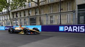 Jean-Éric Vergne, pilote français et champion du monde en titre en action lors des essais qualificatifs dans les rues de Paris. Il ne sera pas à la hauteur de sa performance en 2018, puisqu'il n'arrive que 14e après les qualifications, et 6e au classement final.