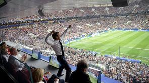 Le président français Emmanuel Macron exulte après un but lors de la finale du Mondial contre la Croatie, le 15 juillet 2018 à Moscou [Alexey NIKOLSKY / SPUTNIK/AFP]
