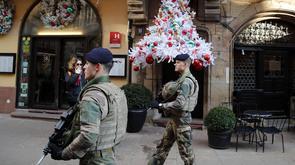 Des soldats patrouillent dans une rue