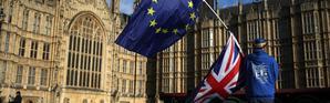 Un manifestant anti-Brexit devant le Parlement britannique