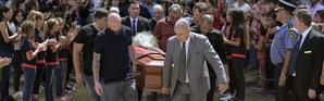 Nicolas Pallois, joueur de Nantes, le frère, le père et des amis d'Emiliano Sala portaient le cercueil.