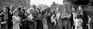 Août 1944, les Parisiens et Parisiennes accueillent les troupes libératrices de la 2ème DB du général Leclerc, place de l'Hôtel de ville [- / AFP]
