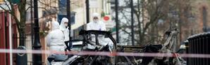 Des membres de la police scientifique sur les lieux de l'explosion d'une voiture piégée à Londonderry, en Irlande du Nord, le 20 janvier 2019  [Paul FAITH / AFP]