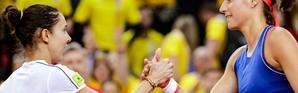 Caroline Garcia et la Roumaine Mihaela Buzarnescu se serrent la main à l'issue de la victoire de la Française en Fed Cup à Rouen, le 20 avril 2019 [Geoffroy VAN DER HASSELT / AFP]