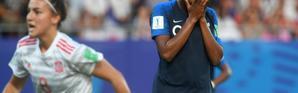 La Française Marie-Antoinette Katoto (d) vient de rater un penalty contre l'Espagne en demi-finale de la Coupe du monde dames des moins de 20 ans, le 20 août 2018 à Vannes (Morbihan)   [FRED TANNEAU / AFP]