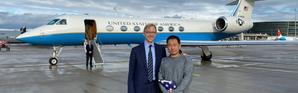 L'émissaire américain pour l'Iran Brian Hook accueille en Suisse l'étudiant américain Xiyue Wang après sa libération par Téhéran, le 7 décembre 2019 [HO / US State Department/AFP]